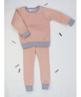 Le jogging rose à paillettes, assorti au pull. Une jolie tenue pour le sport