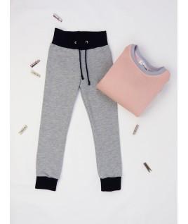 Ce pantalon est assorti au pull rose à paillettes