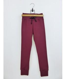 Ce pantalon rouge foncé est très pratique