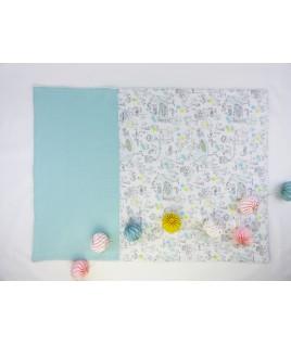 Cette jolie couverture à de très beaux motifs oiseaux et fleurs pour petites filles